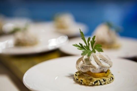 מתאבן פיקנטי עם גבינת שמנת בצל מקורמל ועירית